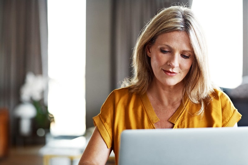 Banner - Adult woman on laptop